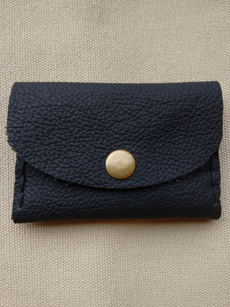 Porta cartão feito em couro preto legítimo <br>Costuras laterais feitas à mão, cordão super resistente. <br>Botão de pressão. <br>Medida: 10 cm x 6,5 cm <br>Cabem aproximadamente 10 cartões.