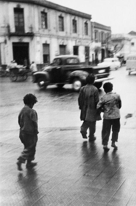 CHILE. Santiago. 1955.  En Santiago de Chile hay una gran población de niños vagabundos que duermen en donde sea. Duermen con personas que les enseñan los malos hábitos.