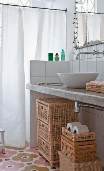 Banheiro com cestos de vime