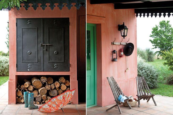 Una casa con estilo campo  Para los pisos de las galerías se usaron ladrillones hechos a mano en Cafayate, Salta, y transportados por la misma Gloria en un camión.