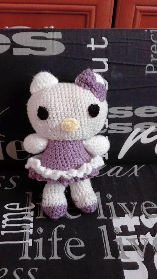 Fetita mea iubeste pisicile iar personajul Hello Kitty e preferatul ei. I-am crosetat o caciulita cand inca Daria era in burti...