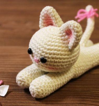 Adorable little amigurumi cat (free crochet cat pattern) // Egyszerű fekvő amigurumi cica (ingyenes macska horgolásminta) // Mindy - craft tutorial collection // #crafts #DIY #craftTutorial #tutorial #DIYToys #ToyMaking #HandmadeToy