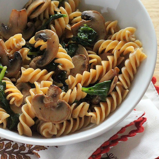 Fusilli with mushrooms and spinach--veganQuick Weeknight, Vegan Gastronomy, Vegan Recipe, Vegan Richa, Pasta Bloghop, Whole Grains, Grains Fusilli, Mushrooms Sauces, Brown Mushrooms