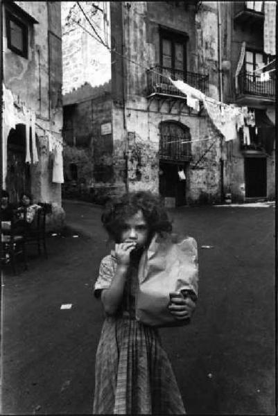 Palermo, 1980. Bambina con sacchetto di pane. Letizia Battaglia.