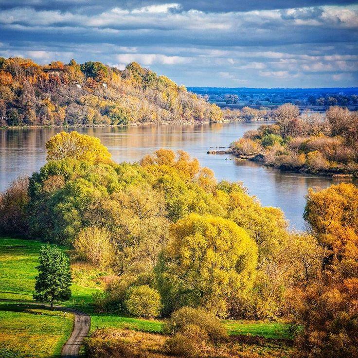 Gdzie jeszcze szukać jesieni w najpiękniejszej szacie? Oczywiście w Dolinie Dolnej Wisły. To teren ciągnący się od okolic Bydgoszczy przez 120 km aż po Żuławy. Na stromych skarpach które ją otaczają można znaleźć sporo punktów widokowych a z nich pejzaże takie jak ten.  #dolinadolnejwisły #Wisła #wisla #autumn #jesień #jesien #fall  #leaves #nature #Polska #Poland #pojezierzebrodnickie #kujawskopomorskie #lubietubyc #lubiepolske #Bydgoszcz #krajobraz #landscape #widok