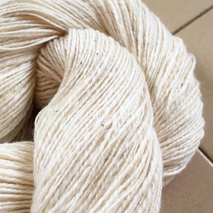ようやくペルーピマ綿のサンプル糸が紡ぎ終わりましたしっとりめの柔らか綿です根気が要求されますが細く紡いで薄く織り上げたらさぞかし気持ちのいい布になることでしょう ペルーピマ綿近日中にひつじやにて販売開始予定です  #hitsujiyajp #perucotton #handspunstagram #handspun #handspuncotton #手紡ぎ #手紡ぎ糸 #手紡ぎ素材 #instagram : http://ift.tt/2sC1nvk