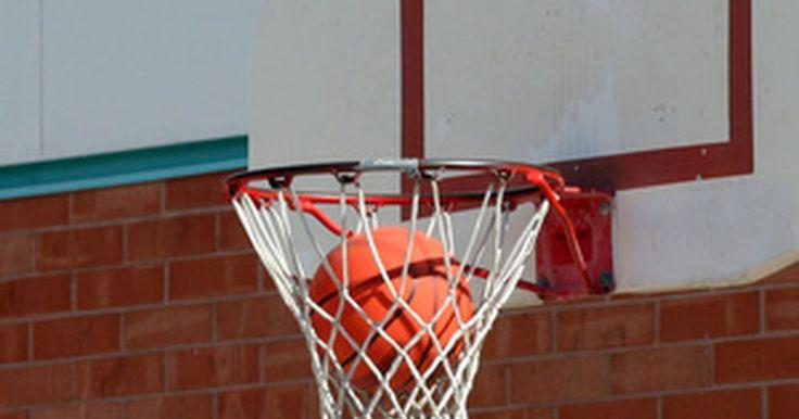 Como montar uma cesta de basquete. Montar uma cesta de basquete é algo que qualquer pessoa pode fazer com as instruções corretas. Uma cesta de basquete tem três partes principais: aro, tabela e poste de suporte. A cesta pode ser montada rapidamente, se forem utilizadas as ferramentas corretas, com organização.