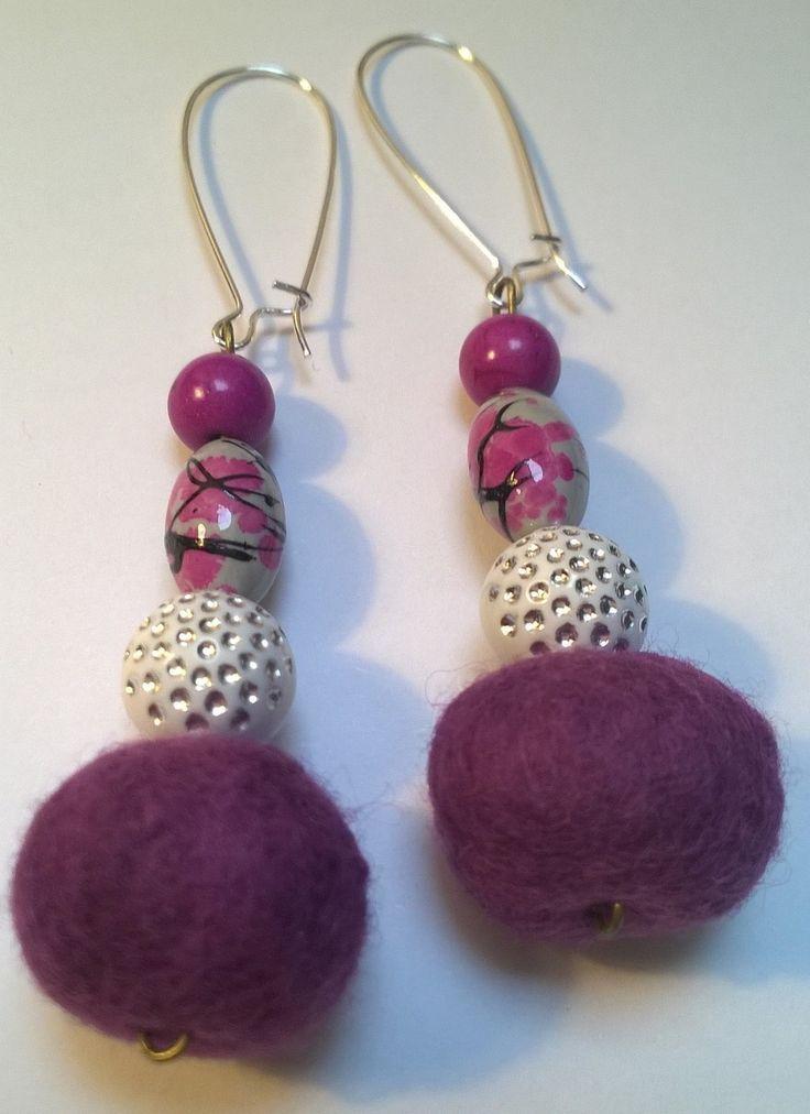 Boucles pendantes en laine feutrée, bois et perles - violet et gris - SOLDES !! : Boucles d'oreille par cel-andpepper