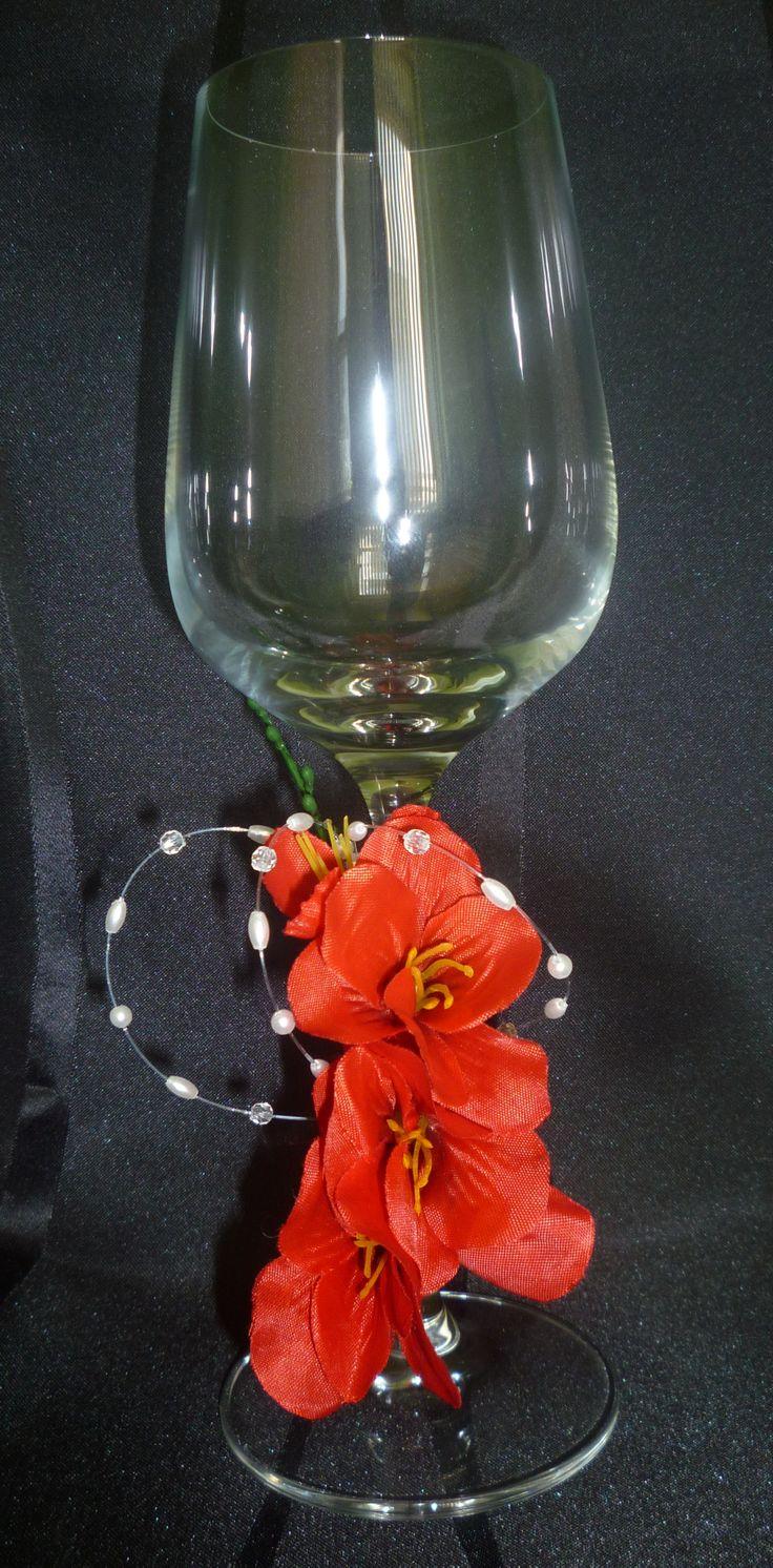 Pohár na červené víno s červeným kvetom