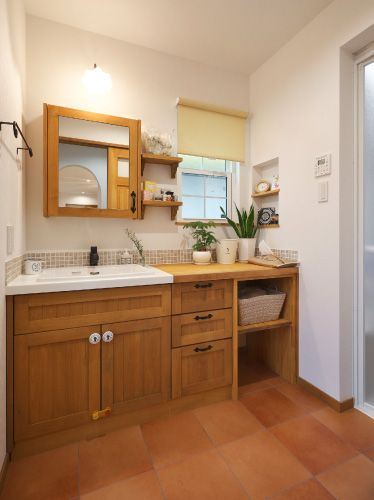 ママこだわりの造作洗面は大きなシンクと鏡裏収納。 物が増えやすく散らかりやすい洗面だからこそ、収納は多めに!! そして、ランドリースペースを別に設けたので生活感の出やすい洗面所をオシャレに♡