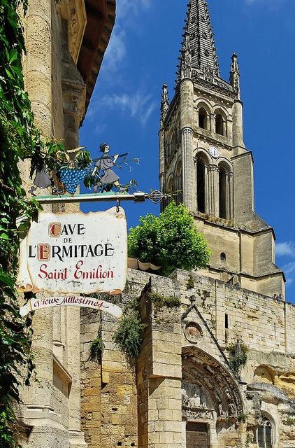 Saint-Emilion, Eglise Monolithe et son clocher- 1) LE CLOCHER: Depuis la galerie extérieure (196 marches), point le plus haut de la cité, le visiteur découvre un panorama exceptionnel sur la cité et les vignes environnantes. Le décor de la flèche, de style gothique flamboyant, et ses 8 arcs-boutants, font que le clocher de St-Emilion est particulièrement reconnaissable.