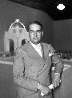 Carlos Obregón Santacilia frente a la maqueta de remodelación que transformó parte de la estructura del Palacio Legislativo en Monumento a la Revolución. Grandes casas de México -1932