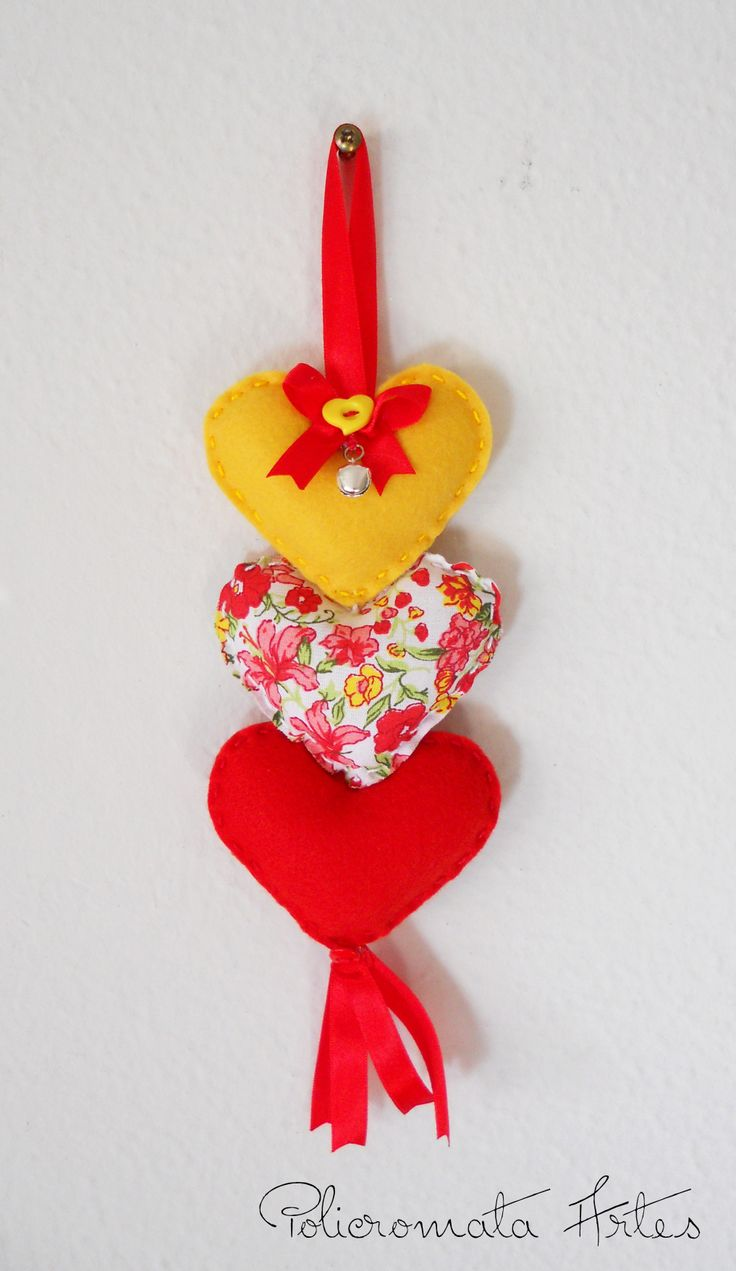 Corações em feltro e tecido floral de algodão  / Felt hearts and floral cotton fabric