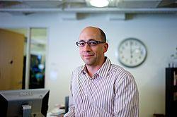 Dick Costolo (* 1963) ist derzeitiger CEO von Twitter und war dessen früherer COO. Er übernahm das Amt des CEO von Evan Williams im Oktober 2010.