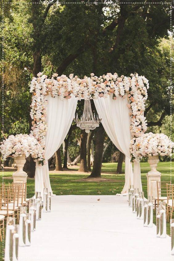 O casamento rústico não precisa ser, necessariamente, em sítios ou lugares de campo, eles já forampara as praias e já chegaram nas cidades grandes também. A sua decoração é simples e rica em detalhes.