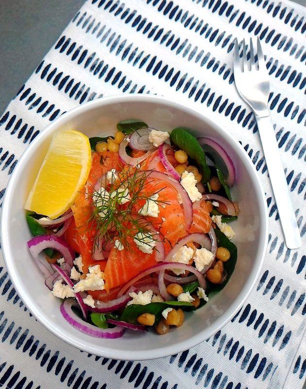 A louca das saladas ataca de novo! Desta vez trago uma saladinha caprichada comdireito a salmão curado, agrião, lentilhas vermelhas, ricota, cebola roxa e, para finalizar, um raminho dedill. Mas …
