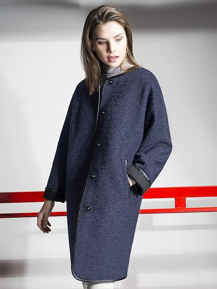 Трендовое пальто из вареной шерсти черничного цвета, прямого силуэта с длинным цельнокроеным рукавом кимоно. Модель имеет застежку на пришивные кнопки, прорезные карманы. Подборт и внутренняя часть манжет выполнена из черного микроворса. По краю борта, горловине и низу рукава пальто декорировано окантовкой из эко-кожи. Благодаря отворачивающимся манжетам можно регулировать длинну рукава. Незаменимая вещь для современных динамичных женщин. Пальто изготовлено...