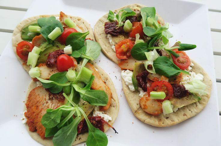 Flatbread met hüttenkäse, gerookte kip en avocado