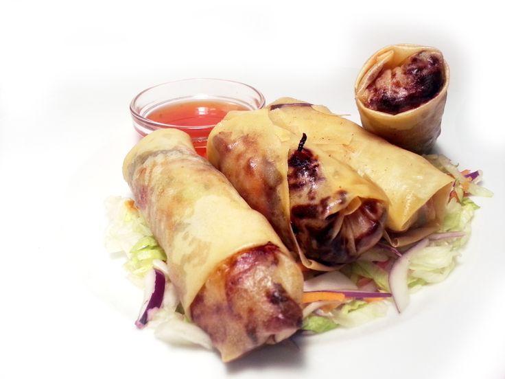 4ks Spring Rolls s kuřecími nudličkami a zeleninou se sladko-pálivou omáčkou a ledovým salátkem #ukastanujarov http://www.ukastanu.cz/jarov
