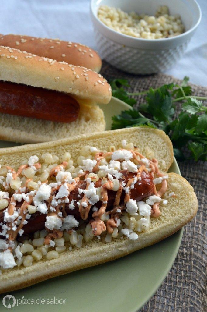 Hot dogs mexicanos con elote, queso Cotija y mayonesa de chipotle | http://www.pizcadesabor.com