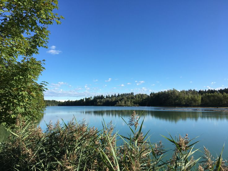 Die Isar, ein Fluss der Bayern prägt. Start ist im Tiroler Scharnitz Österreich, unweit von Mittenwald. Ab hier zieht sich die Isar auf 295 km wie ein schillerndes Band durch Tirol und Bayern, bis sie in der Nähe von Deggendorf in die Donau mündet. Sportlich ist Rafting auf der Isar, natürlich die Isarauen und städtisch die grüne Oase des Flaucher in München.