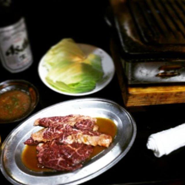 にくにくにくにくーッ🍖😆💕 今日のお昼はひとり焼肉👍✨ と… 嗜む程度にビール大瓶1本だけ🍺🎶 って… 夕方から仕事なんやけど大丈夫かなぁ💦💦 うん、大丈夫さ😋💕 ちゅうか… やっぱし肉はいいね😋💕 サガリ最高🙌🎶 夜も焼肉行きたい😆✨ #肉#焼肉#お昼ご飯#ひとり焼肉#全然平気#でもみんなで食べる焼肉も好き#サガリ#ハラミ#ビール#大瓶#焼肉大好き#最近いいペースで食べれてる#夕方から仕事も行くよ#頑張れオレ#酒は飲んでも飲まれるな
