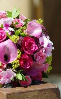 Brautstrauß: Violette und rosafarbene Blumen kombiniert. / bridal bouquet