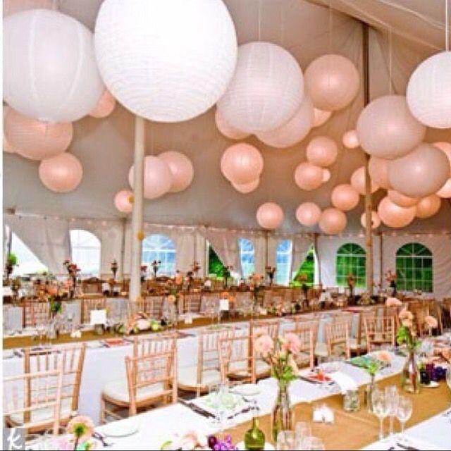 Witte en licht roze lampionnen. Mooi om je feestzaal mee te versieren. Geeft een echte vintage uitstraling. Pink paper lanterns. Vintage marriage, huwelijks ideeën, marriage Ideas, wedding inspiration. Bruiloftsversiering, lantaarn #lampion #vintage #huwelijk #eventdesigner #eventdesign #feest #lanterne #wedding #trouwen #styling #decoration #weddingdecor #event #party #pink #diner @lampionlampionnen.nl