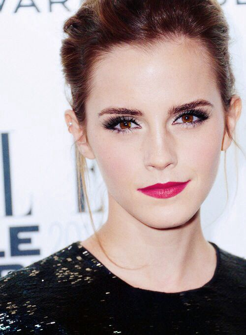 Emma Watson's makeup look. Soft eyeliner, red lips, pink lips, eyebrows defined.