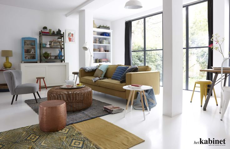 Een kleurrijk geheel! De grote groene bank straalt in de lichte woonkamer #living #couch #green #interieur #thuis #home