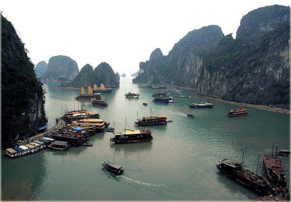 Halong Bay, Vietnam  (Foto: Kudo Momo)  http://www.zuidoostaziemagazine.com/4-indrukwekkende-rotsformaties-in-zuidoost-azie/#