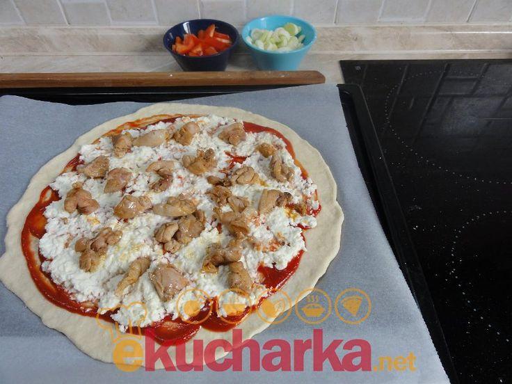 Pizza s kuřecím masem a mozzarelou