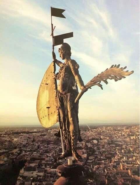 """La estatua de la Fé o """"Giraldillo"""" es la veleta de la Giralda de Sevilla."""