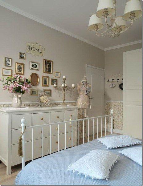 Интерьер спальни в стиле прованс с комодиком