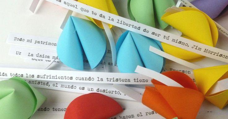 Galletas de la fortuna de papel en caja con frases ideales para el día del amigo.