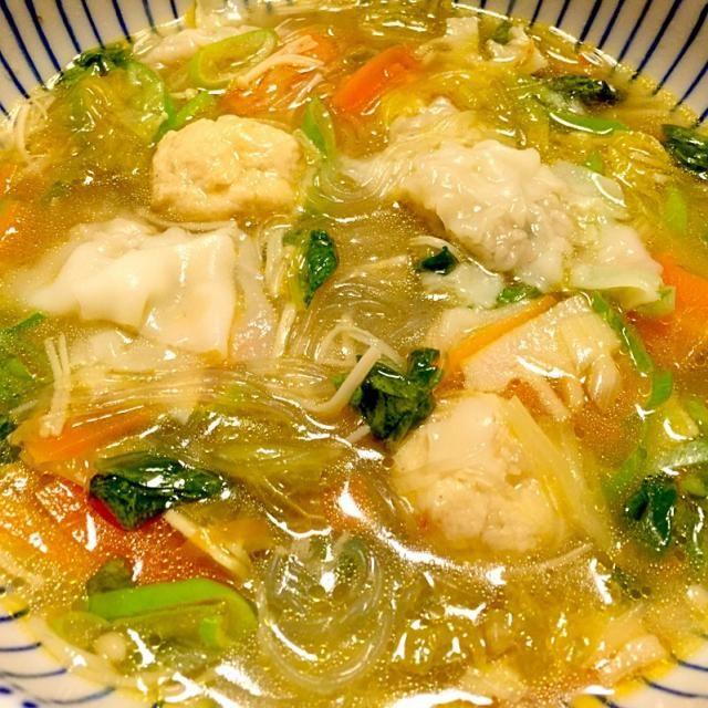 白菜、人参、榎茸、筍、長葱、鶏団子、雲呑、春雨で、お野菜たっぷりのボリュームスープに。 鶏団子と雲呑は、まとめて作ってストックしてあったものを投入。  写真は、具材が見えるようにスープ少なめに盛付けしたらスープっぽくない!(笑) - 67件のもぐもぐ - 鶏団子入り雲呑春雨野菜スープ by kana000suzuki