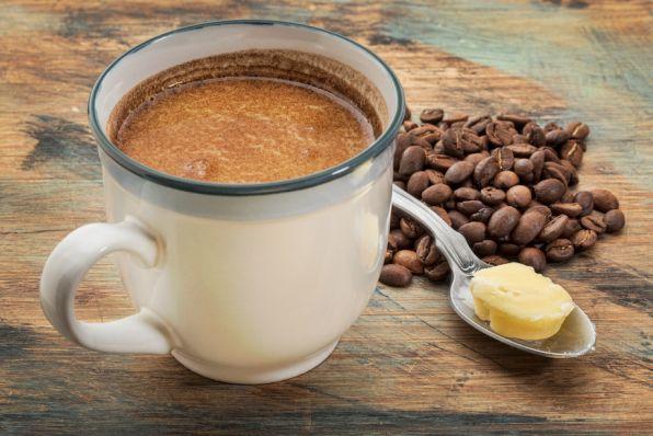 Simpel Bulletproof Koffie receptIngrediënten:In dit recept drink je koffie met alle waardevolle voedingstoffen ook welBulletproof koffiegenoemd. Met dit drankje krijg je een energiestoot waarje opgewekter van wordten hetzorgt voor een sneller herstel.50 gram grasboter50 gram extra virginkokosolie2 kopjes vers gezette koffieOptioneel: kokossuiker, kaneel en honingBereidingswijze:Vul de blenderkan met heet water zodat het kanvoorverwarmen.