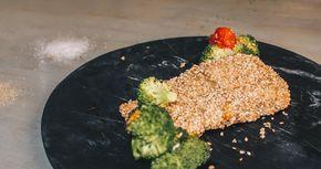 Σολωμός με κρούστα από σουσάμι, μπρόκολο και τοματίνια στον φούρνο
