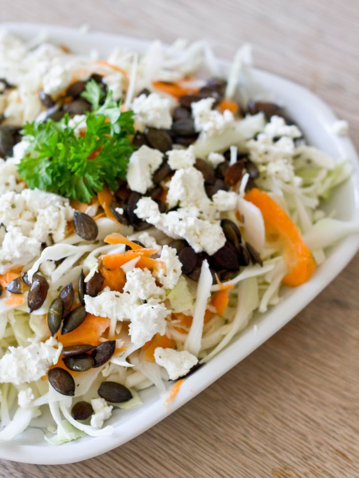 Hvidkålssalat med feta og græskarkerner – spidskål