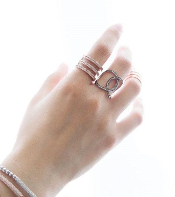 중지, 약지, 여러 개 할 필요 없이 딱 한군데 하나만 착용해줘도 손을 돋보이게 할 럭키아이즈 Double Circle of Life Ring입니다. 럭키아이즈의 시그니처 모티브인 circle of Life가 겹쳐진 디자인으로 캐쥬얼은 물론 레이디 라이크 스타일 모두에 잘 어울립니다. 특히 검지나 중지에 착용하면 스타일리시하게 연출할 수 있어요. #LUCKY_EYES_LONDON Double Circle of Life Ring