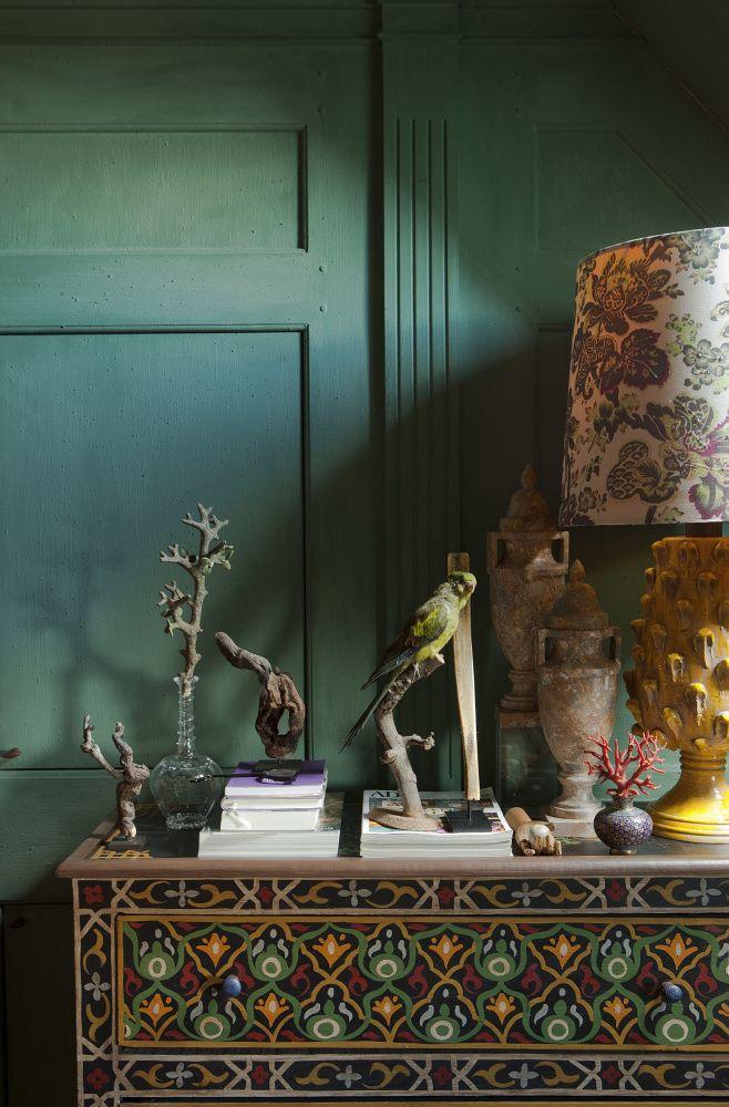 Vanhulles huis is één groot 'cabinet de curiosités'. Schelpen, schedels, koralen, opgezette vogels en decoratieve objecten komen terug in gedurfde stillevens.