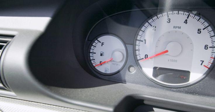Qué significa el signo de exclamación amarillo en un auto Volkswagen . Los Volkswagen tienen dos indicadores luminosos en el panel que se parecen a los signos de exclamación. Ambos están situados en el odómetro, y cada uno tiene un significado diferente.