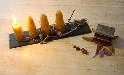 Bijenwas kaarsen versiert met stockmar bijenwas.