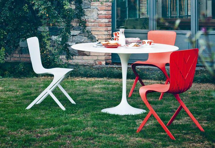 Knoll International. Noto anche come Tulip, il tavolo Saarinen porta il nome del suo creatore. Tra gli arredi più celebri di Knoll International, pezzo icona del design anni '50, ora anche in versione outdoor total white. Le sedie della collezione Washington firmate David Adjaye.