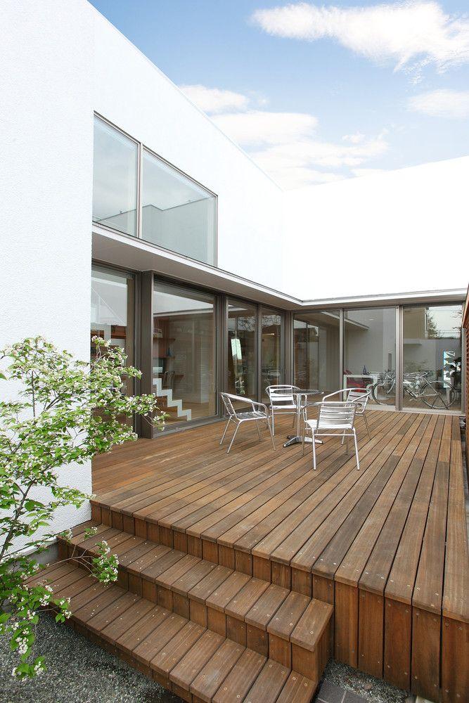 外に閉じて内に開くで実現する近代的な暮らしの建築事例写真
