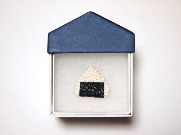 お米を一粒一粒縫いました。海苔もオリジナルで作成し、刺繍のお米に巻きつけてブローチに仕上げています。全国のお米好きさんに是非。【商品】海苔巻きおにぎりのブロー...|ハンドメイド、手作り、手仕事品の通販・販売・購入ならCreema。