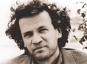 Yann Martel, wie is dat en hoe is hij? Hier kom je wat meer te weten over hem. Hij is o.a vegetariër en won in 2002 met dit boek niettemin de Booker Prize, de meest prestigieuze literatuurtrofee in de Angelsaksische wereld. Vroegere winnaars waren o.a. Iris Murdoch, J. M. Coetzee en Salman Rushdie. Martels boek is dan ook veel meer dan wat spanning voor onder de strandparasol.
