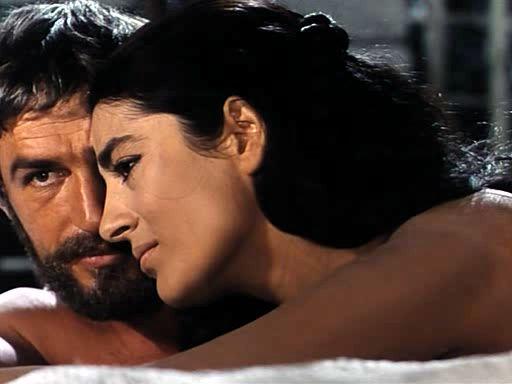 """Ulisse e Penelope, interpretati da Bekim Fehmiu e Irene Papas nello sceneggiato italiano """"Odissea"""" del 1968"""