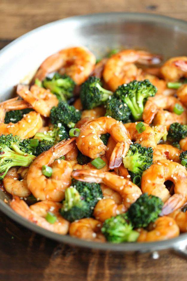 Sofrito de camarones y brócoli. | 20 Recetas de cenas saludables que puedes hacer en 20 minutos