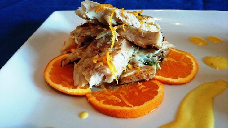 Insalata di cernia alla griglia con salsa all'arancia e contorno di carciofi in padella